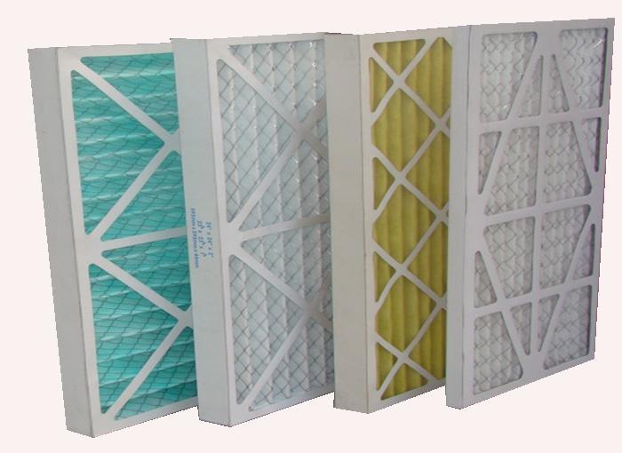 纸框初效过滤器滤料:是以折叠形式装入高强度摸且硬纸板内,迎风面积增大。流入的空气中的尘埃粒子被过滤材料有效阻挡褶与褶之间。