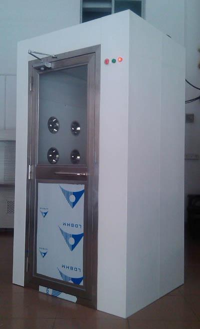 空气吹淋室(英文:AIR SHOWER)又叫风淋室,是洁净室必备设备之一