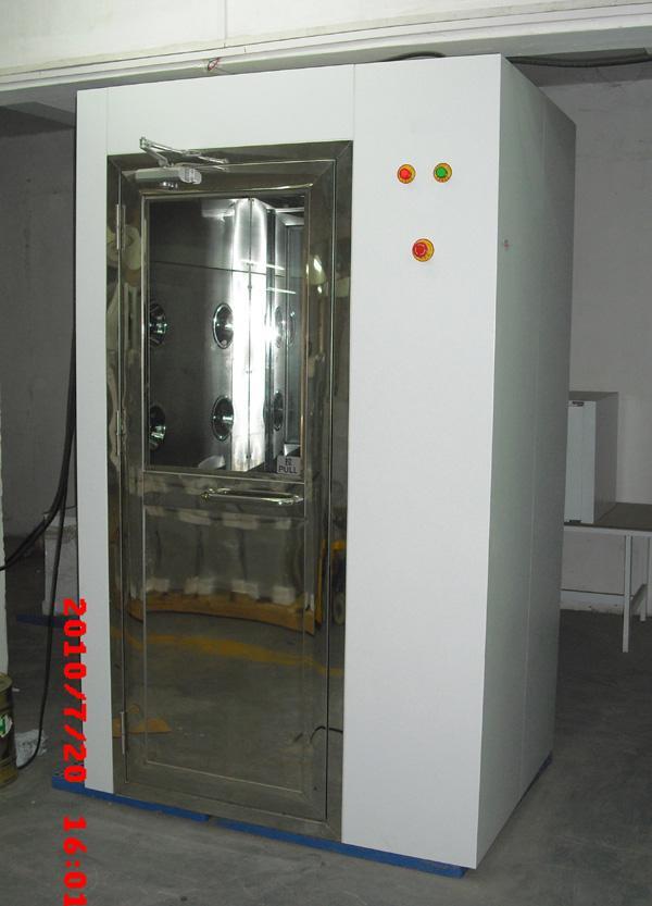 吹淋房消除人、物表面附着尘埃,同时具有气闸作用,配合洁净空调系统确保洁净室达到所需洁净度。