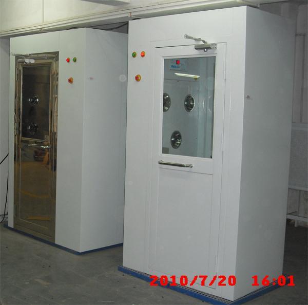 箱体冷板烤漆风淋室,门可选201不锈钢和冷板烤漆门两种。