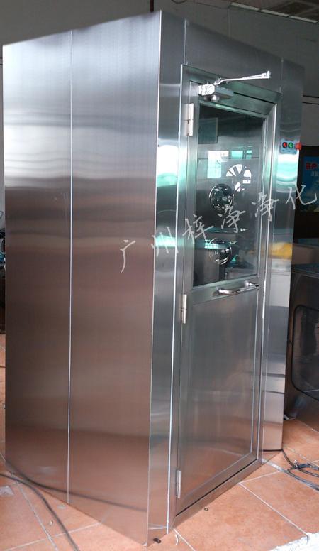 防爆风淋室是指风淋室的电机、指示灯、照明灯、接线管必须严格按照防爆标准配置及安装