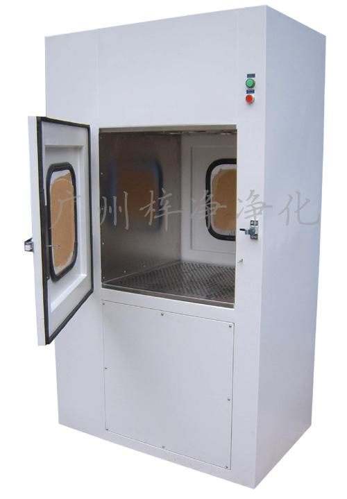 风淋联锁传递窗双门互为联锁,有效阻止交叉污染,设有电子或机械连锁装置,并配置紫外线杀菌灯。